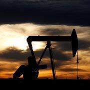 Giá dầu Brent chạm đáy 18 năm, WTI xuống dưới 20 USD/thùng