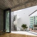 """<p> Mặc dù là ngôi nhà được xây trong khu vực có mật độ cao, KTS vẫn cố gắng tạo nên """"Outside house – Ngôi nhà ngoại cảnh """" nơi mà gia đình sống ở đây luôn cảm nhận được ánh nắng và những cơn gió quanh khu vườn.</p>"""