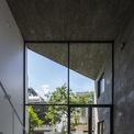 """<p> Không gian nhà ở được ví von là một """"Khu vườn 3 chiều"""" nơi mà ánh sáng và gió dịch chuyển liên tục qua các khung cửa lớn và 2 khu vườn đan xen trước, sau.</p>"""