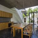 <p> Các khoảng thông tầng này nối liền các phòng sinh hoạt chung của gia đình. Ở tầng một, từ cửa vào là không gian chung, bếp và bàn ăn. Phòng khách được bố trí ở tầng hai.</p>