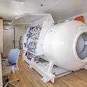 <p> Nhiều chủ siêu du thuyền hiện nay trang bị thêm cho bệnh viện mini của mình những thiết bị tiên tiến nhất như buồng giải nén, buồng oxy, và máy khử rung tim. <em>Ảnh: Clint Jenkins</em></p>