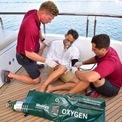 <p> Bên cạnh đội ngũ nhân viên y tế được thuê, các thành viên của đoàn thủy thủ cũng được đào tạo cơ bản cho việc sơ cứu. <em>Ảnh: MedAire</em></p>