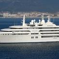 <p> Du thuyền Al Salamah dài khoảng 139 m, được đóng riêng cho thái tử quá cố Sultan bin Abdul Aziz của Saudi Arabia, có đến 2 bệnh viện bên trong. <em>Ảnh: Yacht Charter Fleet</em></p>