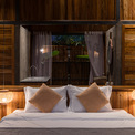 <p> Mỗi nhà gỗ bao gồm 2 phòng ngủ độc lập, sử dụng nhà bếp và phòng khách chung, được kết nối bởi một mái nhà lớn và hiên trước lớn. Mái ngói được sử dụng hệ thống giàn sắt và gỗ.</p>