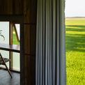 <p> Nhà gỗ nhìn ra cánh đồng lúa, lấy cảm hứng từ hình ảnh của con diều.</p>