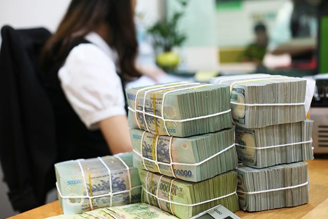 Các ngân hàng công bố gói tín dụng chục nghìn tỷ ra thị trường với lãi suất thấp hơn đến 2%. Ảnh: L.H