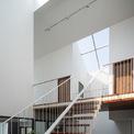 <p> Cầu thang ở tầng 2 dẫn lên một lối đi thông suốt ở tầng 3. Lối đi này nằm dọc theo thiết kế ngôi nhà, kết nối toàn bộ không gian ở tầng trên cùng, tạo ra mạch nối liền giữa các căn phòng.</p>