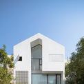 <p> Nhóm kiến trúc sử của Toob Studio đặt tên cho công trình là Nhà Hạ Long bởi ngôi nhà được xây dựng tại TP Hạ Long, Quảng Ninh. Nhà có diện tích 300 m2, cách bờ biển 1 km.</p>