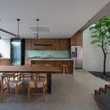 <p> Tầng 1 gồm sân trước và sân sau, phòng khách, giếng trời và gian bếp rộng. Mặt sàn gian bếp được xây cao hơn các khu vực còn lại.</p>