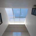 <p> 2 ô cửa kính đối xứng trên mái nhà giúp ngôi nhà luôn ngập tràn ánh sáng.</p>