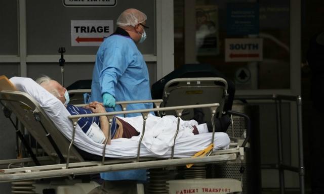 Nhân viên y tế tiếp nhận bệnh nhân ở New York ngày 3/4. Ảnh: AFP.