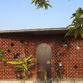 <p> Ngôi nhà được xây dựng dành tặng một người mẹ già ở làng chài ven biển Nam Định, trên diện tích 78 m2.Con trai bà lớn lên và sinh sống ở thành phố, muốn xây ngôi nhà này cho mẹ sau khi cha mất. Nó giống như một nơi để trở về cuộc sống thời thơ ấu với lối sống gia đình truyền thống nhưng trong cái nhìn hiện đại.</p>