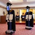 <p> Để hạn chế tiếp xúc cộng đồng, trường đại học BBT tại Tokyo, Nhật Bản, phải sử dụng robot và iPad để nhận bằng tốt nghiệp thay cho sinh viên vào ngày 28/3. Nhật Bản từ một trong những ổ dịch lớn nhất thế giới giờ chỉ ghi nhận hơn 3.000 ca nhiễm với 77 người đã tử vong. Ảnh: <em>Reuters</em>.</p>