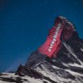 """<p> Hashtag """"#stayhome"""" được chiếu lên ngọn núi Matterhorn ở giữa Thụy Sĩ và Italia vào ngày 1/4. Màn trình diễn này được thực hiện bởi nghệ sĩ người Thụy Sĩ Gerry Hofstetter, người đang cố gắng thay đổi diện mạo của các tòa nhà, tượng đài và cảnh quan trên khắp thế giới nhằm nâng cao nhận thức của người dân về đại dịch Covid-19. Ảnh: <em>Getty Images.</em></p>"""