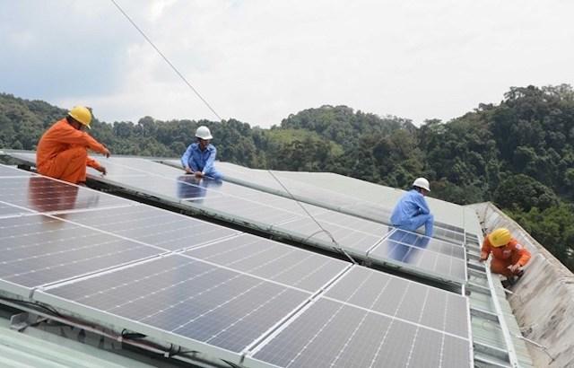 Lắp đặt hệ thống điện Mặt Trời.