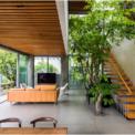 <p> Tầng trệt là không gian rộng rãi của phòng khách, mở ra công viên; tầng cao nhất của ngôi nhà như một phòng gia đình được phủ bóng cây xanh. Mặt tiền quanh nhà được bao phủ bởi cây thường xuân.</p>