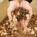 <p> Có những đồng xu đáng giá hàng nghìn USD. Năm 2012, sàn đấu giá Heritage đã bán một đồng Close AM 1992 với giá hơn 20.000 USD. (Ảnh: <em>Reuters</em>)</p>