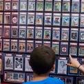 <p> Thẻ bóng chày có thể bán được hàng trăm USD, thậm chí một tấm thẻ George Bush từ năm 1990 được cho là có giá bán lên đến 7.000 USD. (Ảnh: <em>AP</em>)</p>
