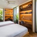 <p> Trái ngược với không gian chung, các phòng riêng như phòng ngủ được đặt trong một không gian lớn hơn. Gia chủ trồng cây trên các khối này nhằm ngăn ánh sáng mặt trời trực tiếp, làm mát ngôi nhà.</p>