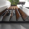 <p> Cửa sổ là một trong những điểm nhấn. Các lớp cửa chớp gỗ được bố trí liên tục theo chiều dọc của nhà đã tạo luồng ánh sáng ra vào tự nhiên. Từ bên trong, cùng với lớp kính bảo vệ, khu vực này cung cấp ánh sáng tự nhiên hiệu quả.</p>