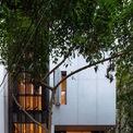 <p> Khu đất xây nhà có diện tích 90 m2 với 2 mặt tiền. KTS đã tận dụng những đặc điểm này để tạo ra không gian nhà ở nhiều ánh sáng và góc sân nhỏ - một điều tương đối xa vời với hầu hết nhà trong ngõ ở Hà Nội.</p>