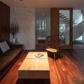 <p> Phòng khách được ngăn cách với không gian bên ngoài bằng bức tường kính. Cửa kéo là giải pháp để tiết kiệm diện tích.</p>