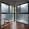 <p> Ô cửa sổ khác biệt ở góc nhà cho tầm nhìn xanh. Khu vực này cung cấp ánh sáng cả cho căn phòng.</p>
