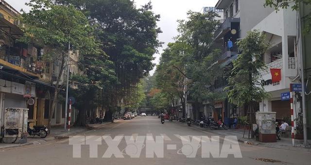 Phố phường Hà Nội vắng vẻ, các cơ sở kinh doanh tạm ngưng hoạt động, người dân hạn chế ra đường tuân thủ quy định về phòng, chống dịch Covid-19.