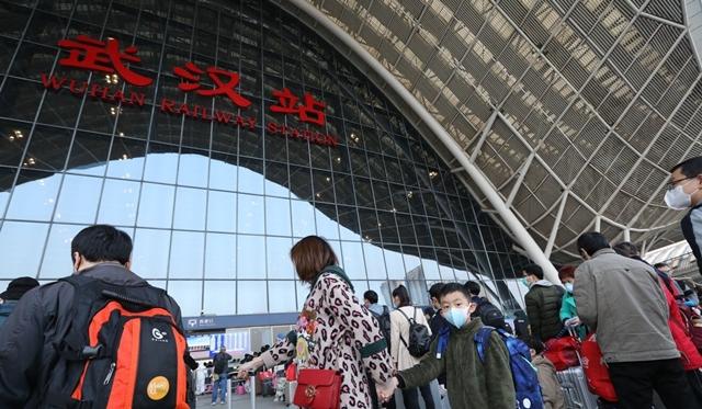 Người dân tới ga Vũ Hán hôm nay. Ảnh: SCMP.