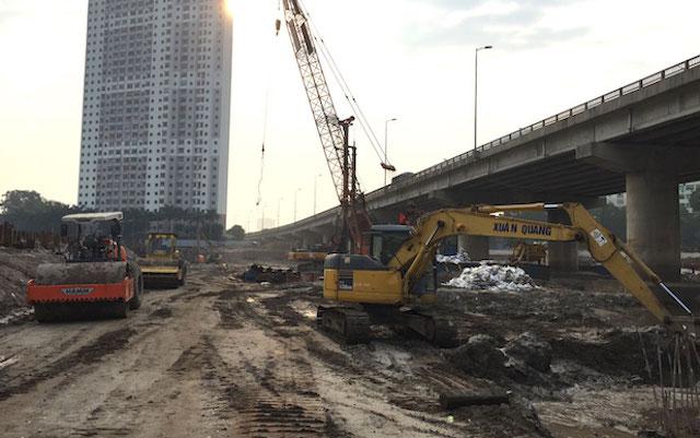 Dự án đường Vành đai 3 dưới thấp đi qua hồ Linh Đàm (quận Hoàng Mai) đang được khẩn trương thi công.