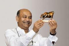 'Vua bán lẻ' Ấn Độ kiếm bộn tiền nhờ cơn sốt mua hàng tích trữ