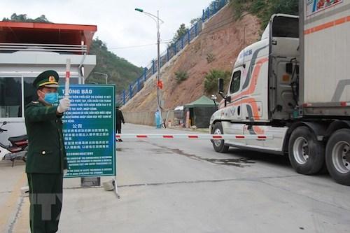 Cán bộ biên phòng Tân Thanh điều tiết xe nông sản xuất khẩu..
