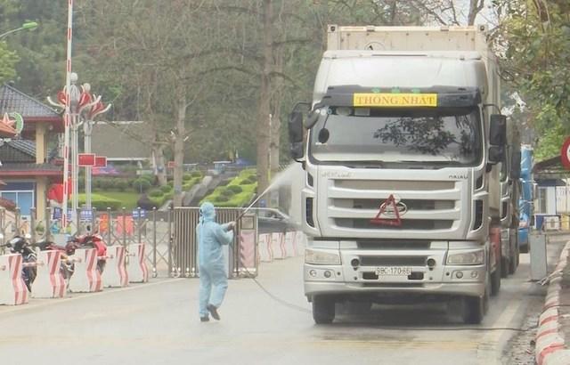 Phun khử khuẩn phương tiện tại cửa khẩu quốc tế Hữu Nghị, Lạng Sơn. .
