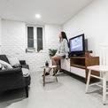 <p> Sau nhiều ngày suy nghĩ, Cường đã bắt tay vào việc cải tạo ngôi nhà, sửa lại phần thô từ tường, trần, sàn, xử lý chống thấm. Căn nhà còn được làm thêm một cửa sổ nhỏ có chiều ngang khoảng 40 cm để thêm ánh sáng tự nhiên.</p>