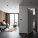 <p> Anh Nguyễn Thái Thạch, kiến trúc sư đồng thời là nhiếp ảnh gia tại quận Hoàng Mai, Hà Nội đã tự thiết kế và thực hiện bài trí căn hộ rộng 62 m2 của mình theo đúng tôn chỉ: Đơn giản nhưng phải khác biệt.</p>