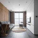 <p> Vì căn hộ nhỏ, muốn tối đa hóa diện tích nên chủ nhà đã phá hết các tường vách và sử dụng chính đồ nội thất (hay còn gọi là đồ liền tường) để ngăn chia không gian. Các món đồ này được thiết kế để sử dụng ở cả 2 mặt nên đồng thời tiết kiệm được nhiều khối tích.</p>