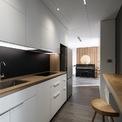 <p> Đồ dùng trong nhà đều có hình chữ nhật, hình hộp với chất cảm bề mặt nhám, chỉ một số rất ít có hình tròn - được giao làm điểm nhấn của không gian như chiếc đèn hắt ở vách gỗ khu vực đặt đàn piano.</p>