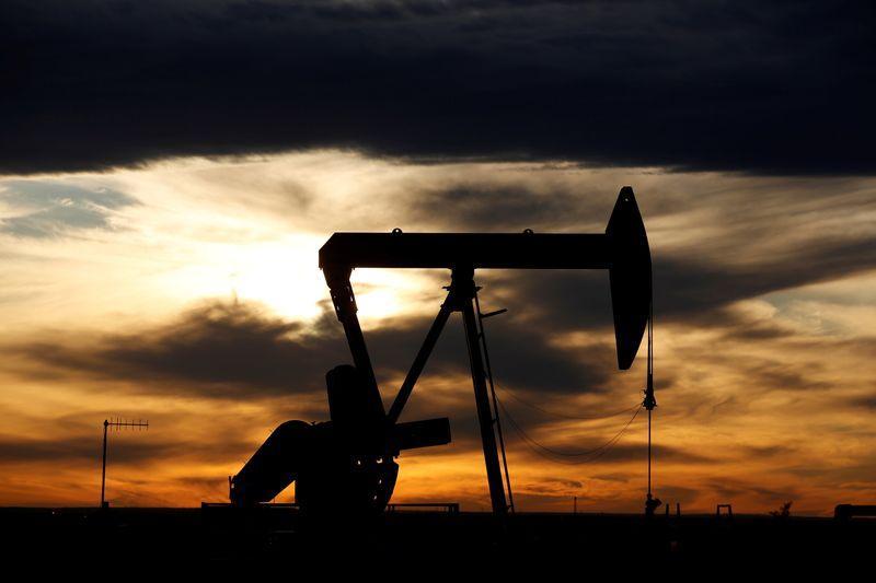 Giá dầu trái chiều sau khi OPEC+ đạt thỏa thuận giảm sản lượng lịch sử