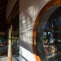 <p> Những ô kính vuông, tròn được thiết kế khéo léo, hoà hợp với thiết kế chung của nhà.</p>