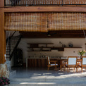 <p> Căn biệt thự có cấu trúc giống với nhà sàn, tầng 1 được thiết kế thoáng đãng, hạn chế sử dụng tường ngăn.</p>
