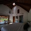 <p> Mái nhà được thiết kế hình rẻ quạt, ở giữa là khoảng trống hình vuông, vừa đón ánh sáng, vừa có chức năng thẩm mỹ.</p>