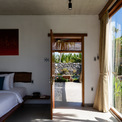 <p> Phòng ngủ ở tầng 1 kết nối với bể bơi. Không gian bên trong mỗi phòng ngủ được bài trí đơn giảm, mang lại cảm giác thư thái, nhẹ nhàng.</p>