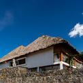 <p> Nhóm KTS sử dụng mái lá dừa như một giải pháp cho những thách thức của mình. Nhìn từ xa, căn biệt thự mang dáng dấp của một túp lều lớn.</p>