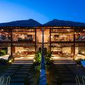 <p> Biệt thự song lập M Villa được xây dựng trên khu đất 600 m2 ven sông Hội An, tỉnh Quảng Nam. Thử thách đặt ra cho các KTS là làm sao có thể khai thác được yếu tố cảnh quan xung quanh và sử dụng tích hợp được các loại vật liệu địa phương vào bên trong dự án.</p>
