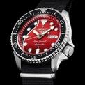 """<p class=""""Normal""""> Seiko 5 Sports Brian May SRPE3K1 là mẫu đồng hồ lặn lấy cảm hứng từ Seiko 5 Diver trong dòng Seiko 5 Sports mới được thiết kế mới mẻ hơn.</p> <p class=""""Normal""""> Điểm nổi bật của chiếc đồng hồ chính là mặt số 2 sắc màu đen và đỏ, lấy cảm hứng từ cây đàn guitar """"Red Special"""" của Brian May mà nghệ sĩ nổi tiếng đã sử dụng trong suốt sự nghiệp của mình với ban nhạc Queen.</p> <p class=""""Normal""""> Dòng chữ """"Red Special"""" được khắc ghi hiển thị bằng màu bạc giữa sắc đỏ rực. Tại vị trí 3 giờ, đồng hồ thiết kế một tay tròn tuỳ chỉnh và hiển thị thời gian ngày.</p>"""