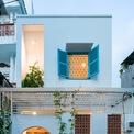 <p> Ngôi nhà nhỏ được xây dựng trên diện tích 76 m2, nằm ở cuối khu dân cư có nhiều con hẻm nhỏ. Ban đầu, các kiến trúc sư quan sát thấy đó là một ngôi nhà cấp 4 cũ kỹ (có 1 tầng trở xuống, diện tích sàn dưới 100 m2) và đã qua một số chủ sở hữu.</p>