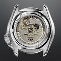 """<p class=""""Normal""""> Mặt sau chiếc đồng hồ cũng sở hữu thiết kế rất công phu, cho phép người đeo chiêm ngưỡng bộ chuyển động 4R36.</p> <p class=""""Normal""""> Phiên bản đặc biệt sẽ có chữ ký của nghệ sĩ Brian May, được chạm trổ bằng vàng trên đỉnh trong cùng một tông màu rực rỡ.</p>"""