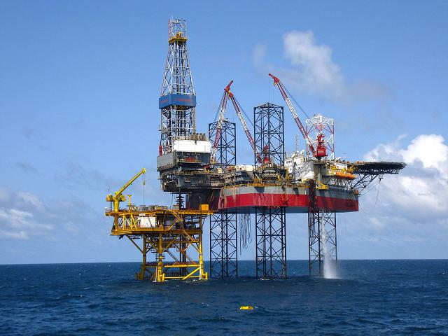 Lợi nhuận doanh nghiệp dầu khí trái chiều giữa 2 'gọng kìm'