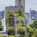 <p> Căn hộ toạ lạc tại khu đô thị của TP Đà Nẵng. Các kiến trúc sư cho rằng kiến trúc nhà ở trong khu vực thành thị ngày càng đơn điệu hơn vì kích thước lô có sẵn. Hầu hết các miếng đất được xây dựng đều là hình chữ nhật với các bức tường và phía trước tiếp giáp đường xá.</p>