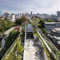 <p> Bất kỳ khoảng không nào trên mái nhà đều được tận dụng để làm nơi trồng cây xanh, ngồi thư giãn nói chuyện. Thậm chí, mái nhà còn có một bể bơi nhỏ.</p>
